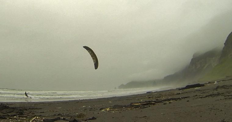 イタンキ浜でカイトサーフィン
