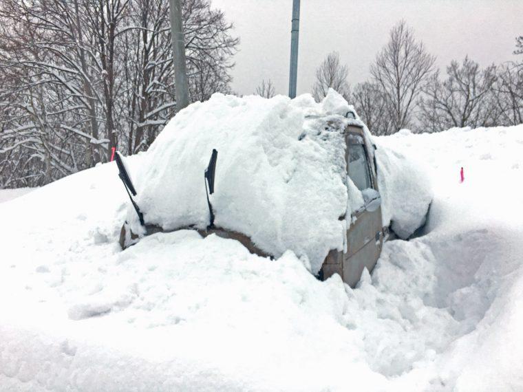 雪に埋もれた軽トラ